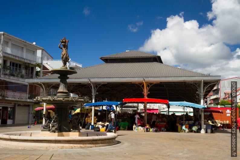 Fontaine et halle du marché Saint-Antoine à Pointe-à-Pitre. Photo © Alex Medwedeff
