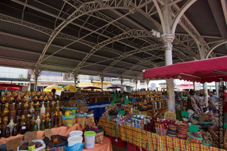 Sous la halle du marché touristique de Saint-Antoine à Pointe-à-Pitre. Photo © André M. Winter