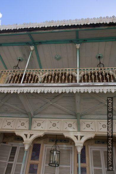 Balcon en bois du musée de Saint-John Perse. Photo © Alex Medwedeff