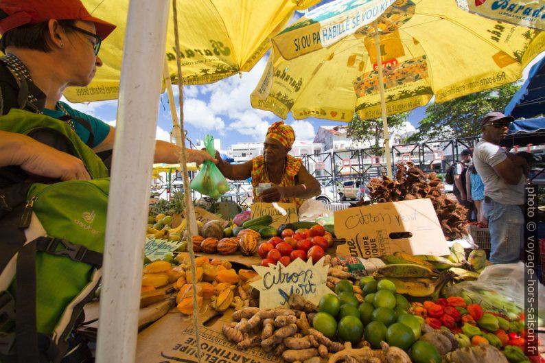 Alex achète de produits locaux au marché de la Darse. Photo © André M. Winter