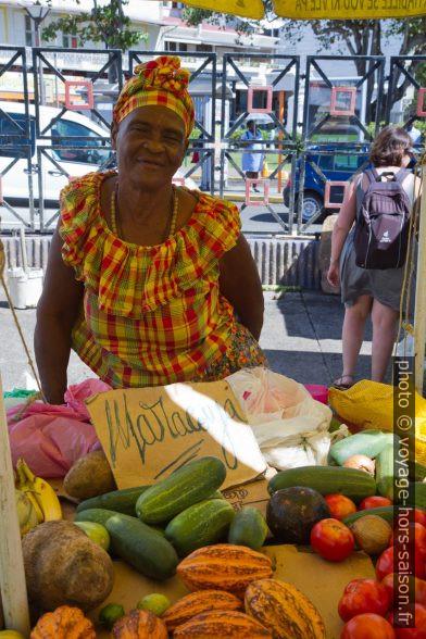 Vendeuse au marché de la Darse. Photo © Alex Medwedeff