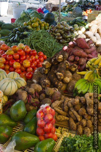 Légumes au marché de la Darse de Pointe-à-Pitre. Photo © Alex Medwedeff