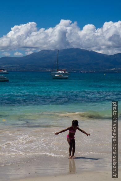Une fille noire sur le sable blanc de la Plage du Gosier. Photo © Alex Medwedeff