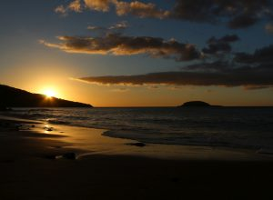 Coucher de soleil sur la Plage de Clugny. Photo © André M. Winter