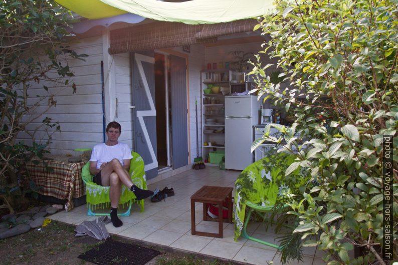André sur la terrasse de notre gîte. Photo © Alex Medwedeff