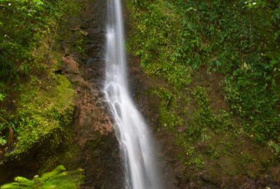 Lac et cascade de Bois Bananes en longue exposition. Photo © Alex Medwedeff