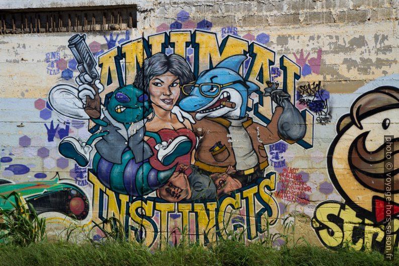 Graffiti de publicité transformée: Animal Instincts. Photo © Alex Medwedeff