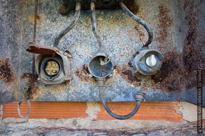 Prises et interrupteur d'un ancien coffret de commande électrique. Photo © André M. Winter