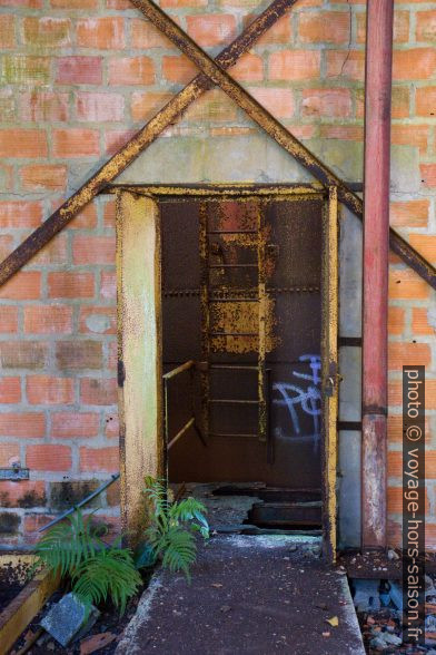 Porte d'une halle à l'autre dans la ruine de la rhumerie Charles Simonnet. Photo © Alex Medwedeff