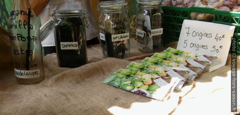 Vente de vanille au petit marché de Deshaies. Photo © André M. Winter