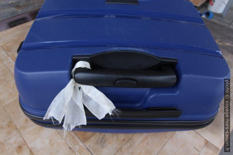 Valise marquée d'un ruban. Photo © André M. Winter