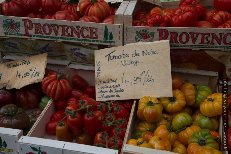 Tomates en cagettes de bois au marché de Salernes. Photo © Alex Medwedeff