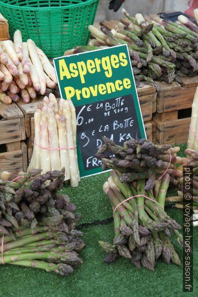 Asperges de Provence au marché de Salernes. Photo © Alex Medwedeff