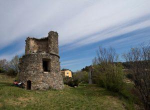 Tour en ruine dans le château de Salernes. Photo © André M. Winter