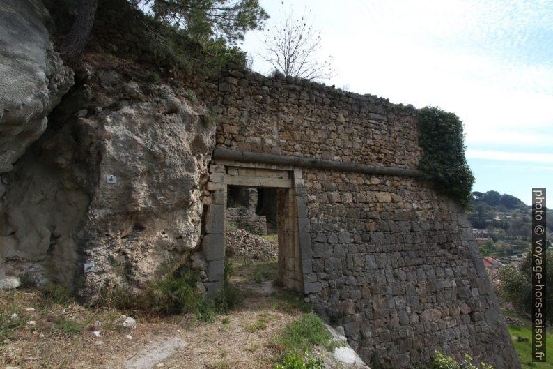 Porte dans un mur du château de Salernes. Photo © André M. Winter