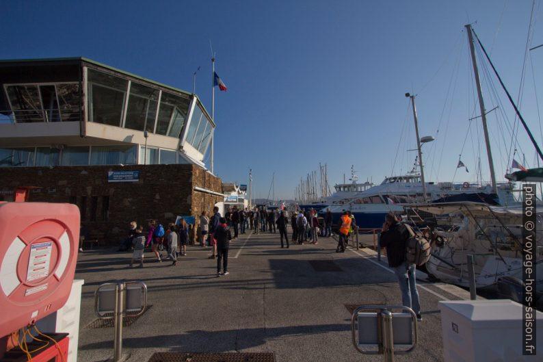 Capitainerie et Quai Gilles Barbanson du Port d'Hyères. Photo © André M. Winter