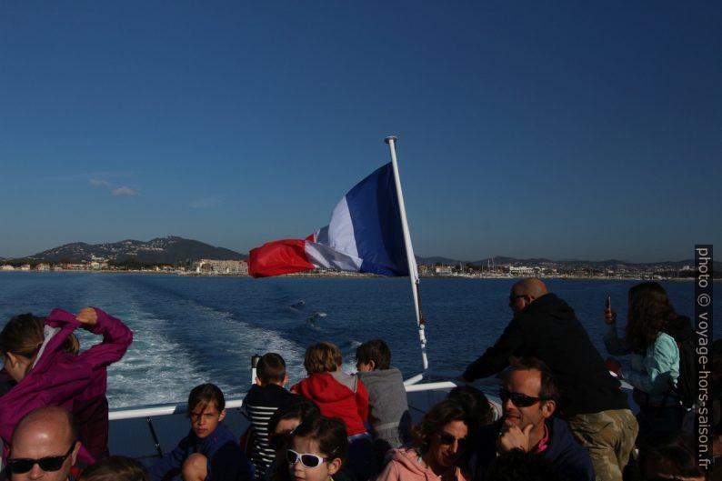Drapeau français, passagers et le Mont des Oiseaux. Photo © André M. Winter
