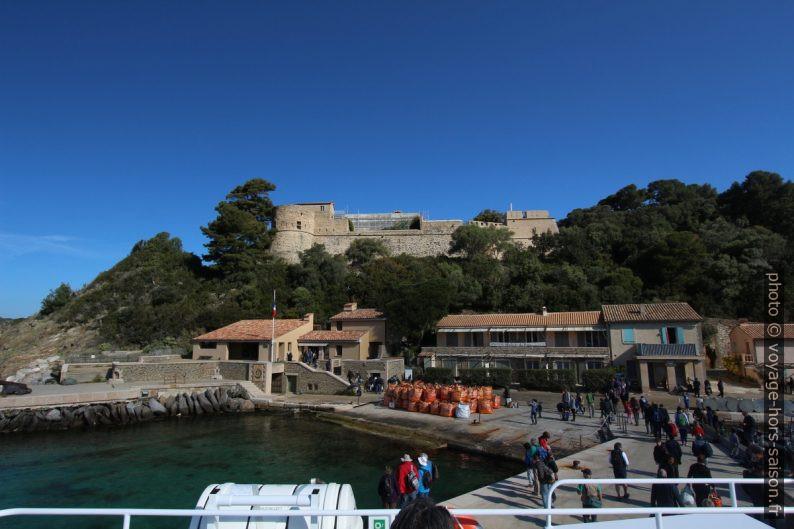 Fort du Moulin au-dessus du port de Port-Cros. Photo © André M. Winter