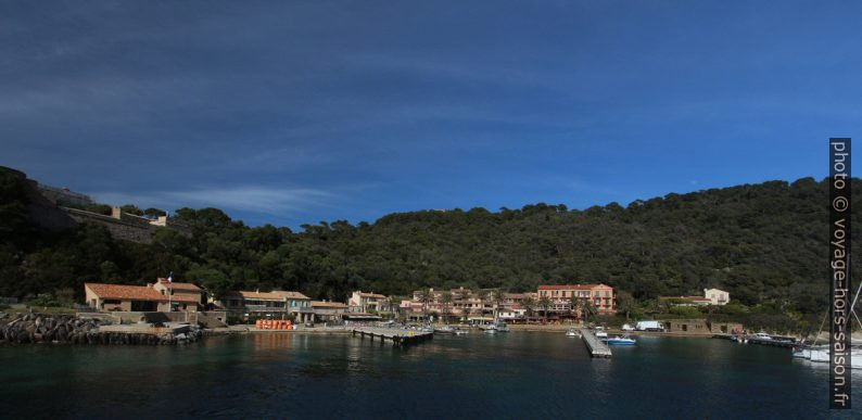 Village de Port Cros vu du bateau. Photo © André M. Winter