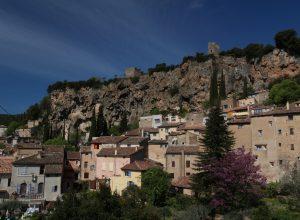 La falaise derrière le centre-ville de Cotignac. Photo © André M. Winter