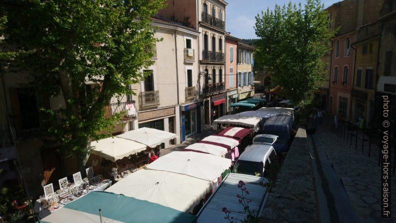 Le marché de Saint Chamas dans la Rue Gambetta. Photo © André M. Winter