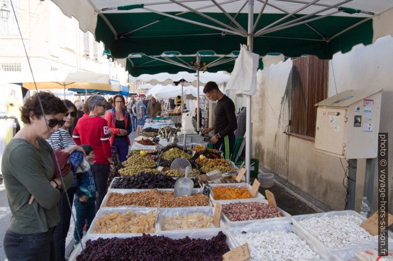 Stand d'olives et de fruits secs au marché de Saint-Chamas. Photo © André M. Winter