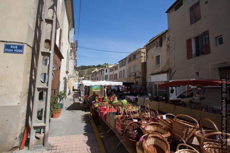 Corbeilles et sacs au marché de Saint-Chamas. Photo © André M. Winter