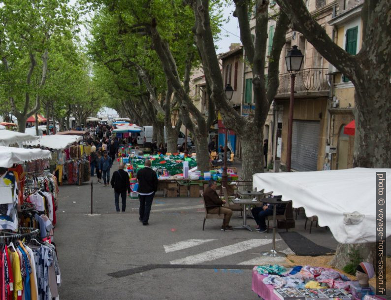 Le marché de Port-de-Bouc sous les platanes. Photo © André M. Winter