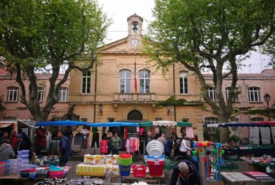 Marché de Port-de-Bouc devant la mairie. Photo © André M. Winter