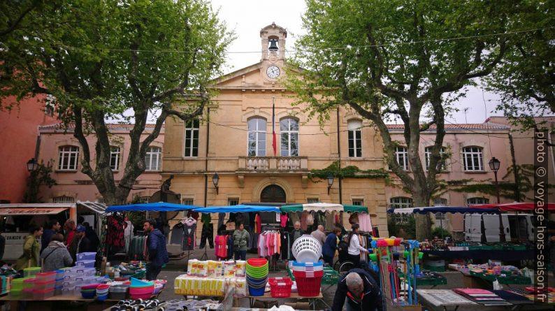 Marché de Port-de-Bouc devant la mairie. Photo © André M. Winter