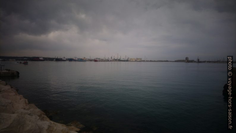 Ciel sombre sur les raffineries de Martigues. Photo © André M. Winter