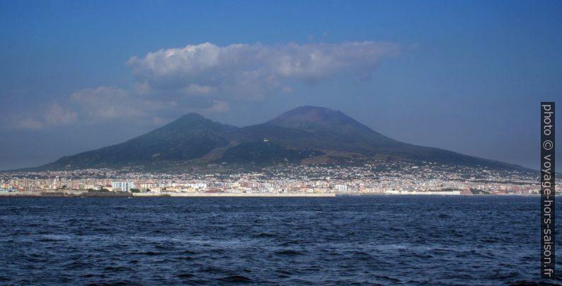 Le Vésuve vu du port de Naples en 2006. Photo © André M. Winter