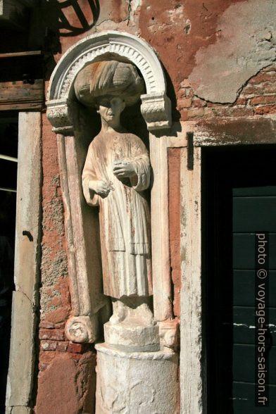 Statue d'un marchand truc du 12e siècle dans le quartier de Canaregio à Venise, photo de 2008. Photo © André M. Winter