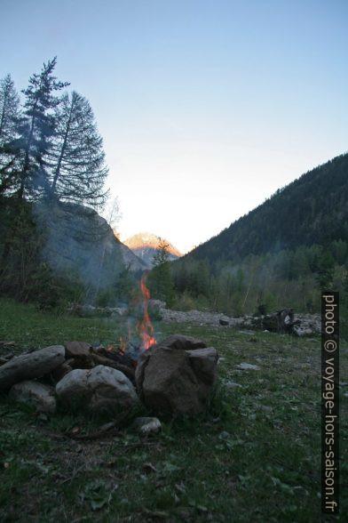 Le feu prend vite avec le bois sec du lit de la rivière. Photo © André M. Winter