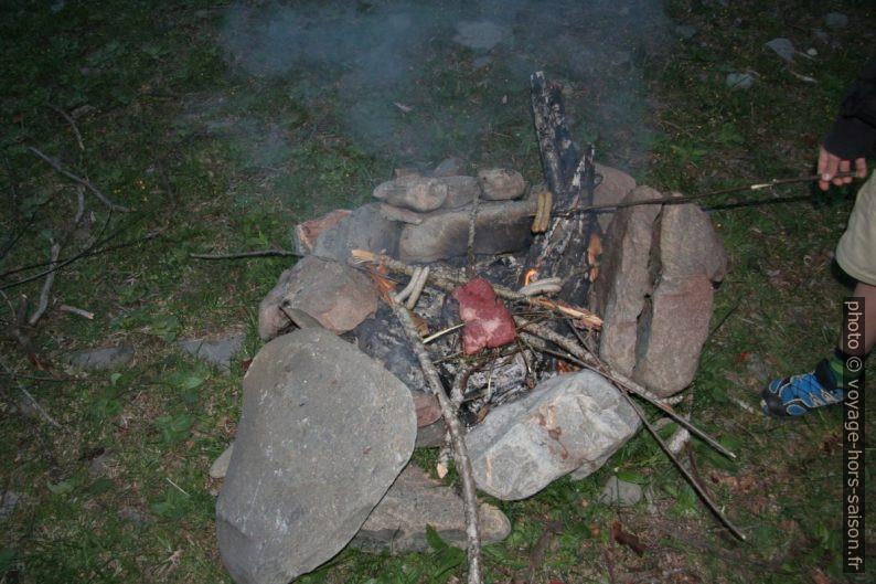 Barbecue de viande et saucissons. Photo © André M. Winter
