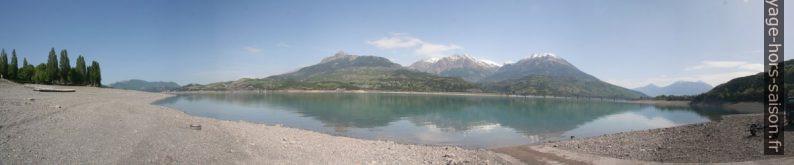 Le Lac de Serre-Ponçon au printemps. Photo © André M. Winter
