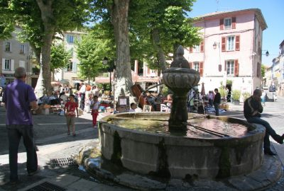 Fontaine et marché sur la place de la République à Flayosc. Photo © André M. Winter