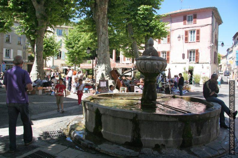 Fontaine et marché sur la place de la République à Flayosc. Photo © André M. Winter