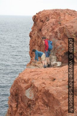 Nicolas et André explorent les rochers de l'Esterel. Photo © Alex Medwedeff