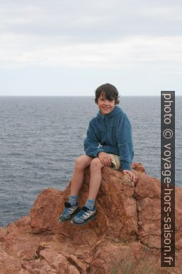 Nicolas sur un rocher de l'Esterel. Photo © Alex Medwedeff