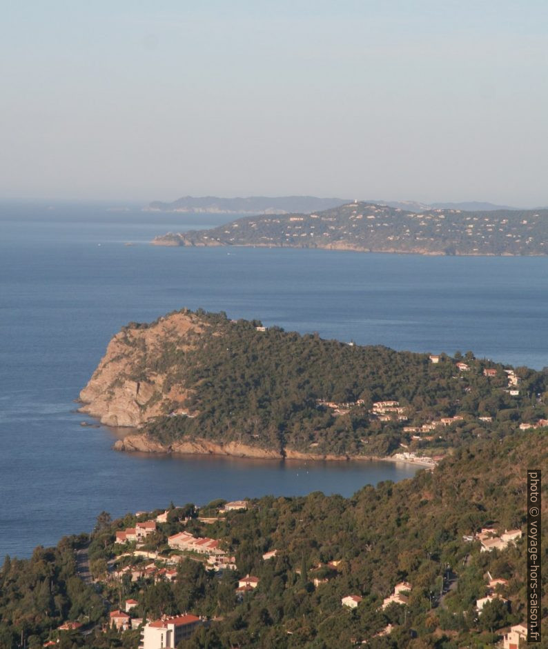 Cap Nègre, Cap Bénat et l'Île de Porquerolles. Photo © André M. Winter