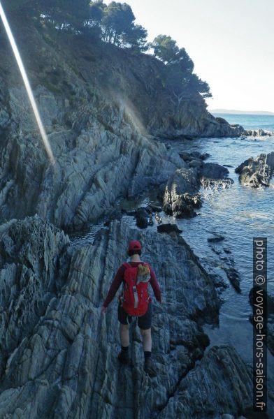 Alex sur le sentier du littoral manquant à l'est de Brégançon. Photo © André M. Winter