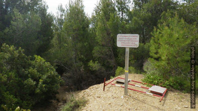Panneau d'interdiction d'accès au sentier du littoral au-dessus de la Pointe du Port-qui-Pisse. Photo © André M. Winter