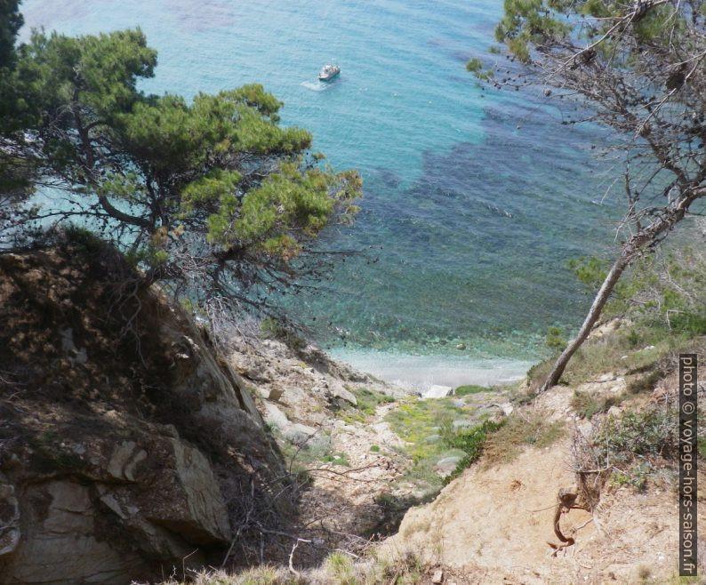 Côte abrupte au Cap de la Pointe Blanche. Photo © André M. Winter