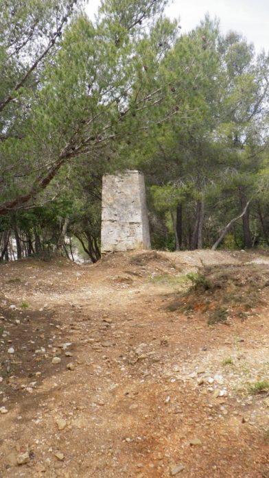 Borne en pierre avec des inscriptions entre l'Estaniadou et la Pointe du Port-qui-Pisse
