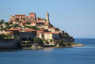 Fort et phare de Portoferraio en 2014. Photo © André M. Winter