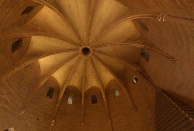 Ouverture dans la voûte d'une chambre de la Tour de Constance. Photo © André M. Winter
