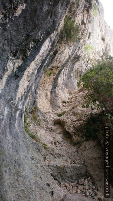 Vue retour sur le chemin sous la grotte-tunnel des Peïroou. Photo © André M. Winter