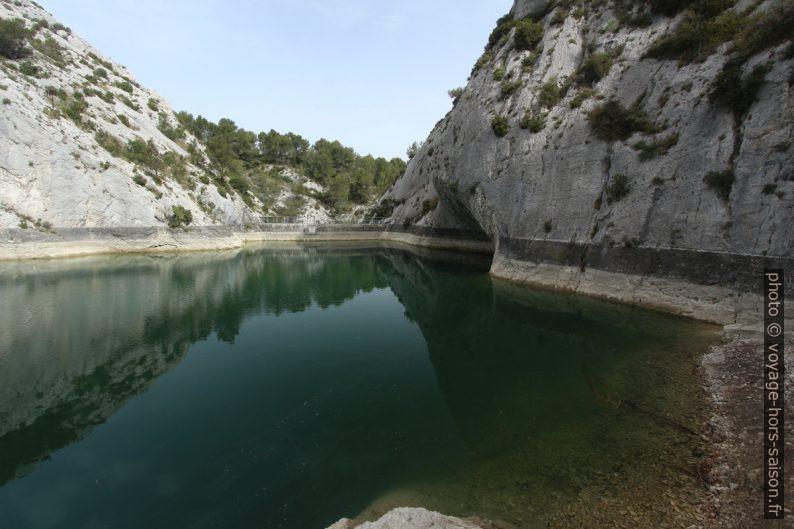 Barrage et fin du chemin au bord ouest du Lac des Peirou. Photo © André M. Winter