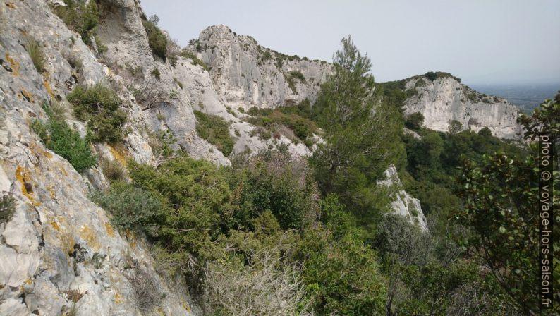 Paroi est du Rocher des Deux Trous et le massif au au nord. Photo © André M. Winter